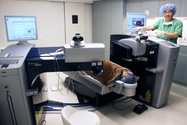 林教授在为患者做全飞秒激光近视手术