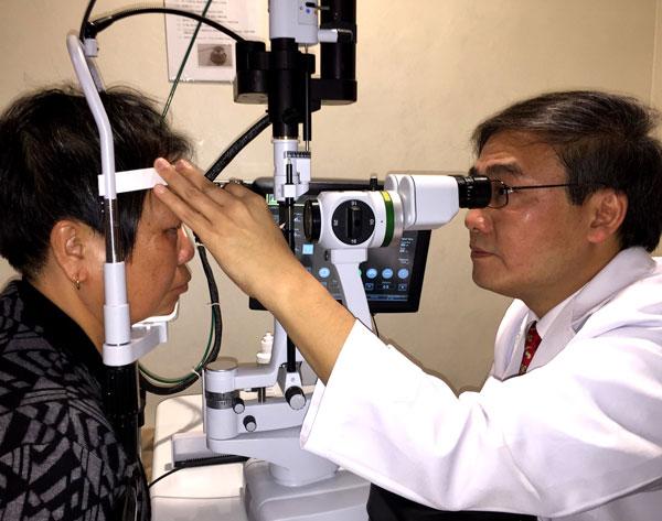希玛眼科集团主席林顺潮教授为患者做眼部检查