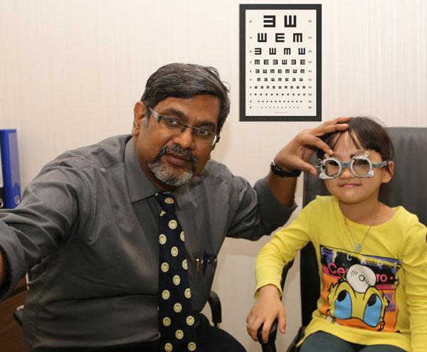 希玛眼科医院正在为孩子验光配镜