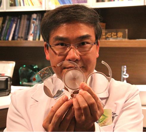 林顺潮教授对人工晶体进行展示